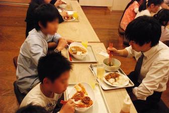 和気あいあいと一緒に給食を食べれば、一瞬で仲良くなる子供達。