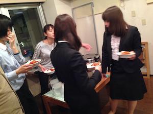 勉強が終わるとお姉さん、お兄さんが給食を盛ってくれます。